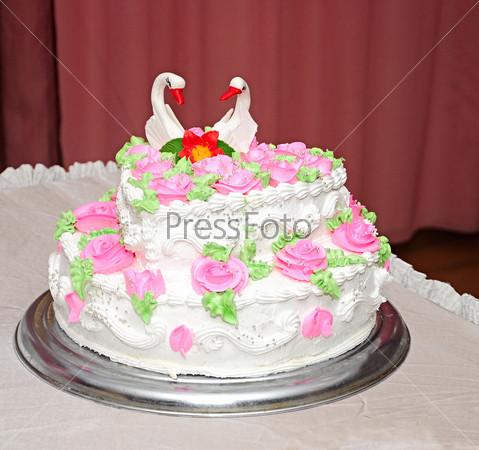 Свадебный торт, украшенный лебедями