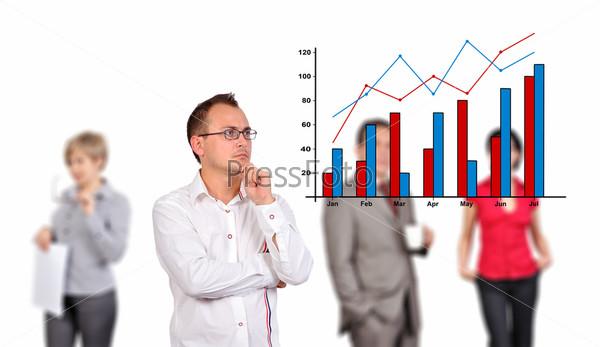 Мужчина смотрит на график