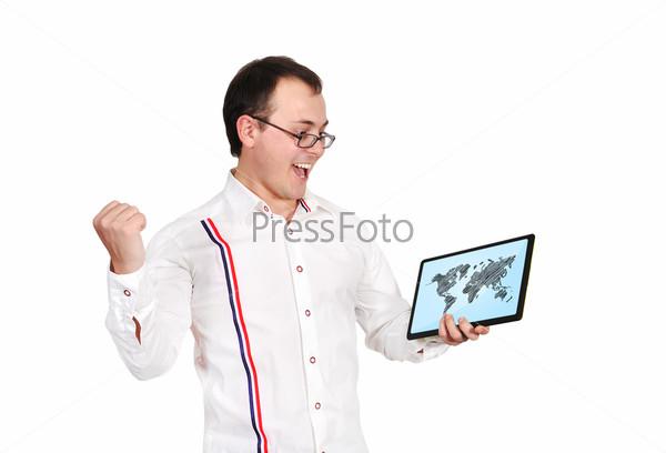 Счастливый мужчина, держащий сенсорную панель