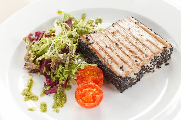 Фотография на тему Стейк из лосося с салатом