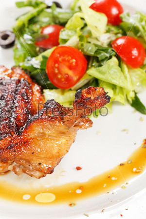 Жареные куриные ноги с салатом
