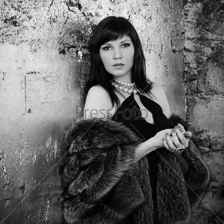 Черно-белый портрет роскошной молодой женщины в шубе