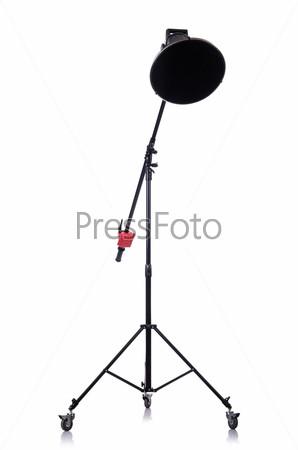 Студийный прожектор, изолированный на белом фоне