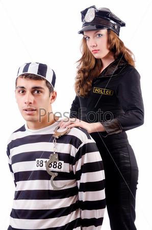Полицейский и заключенный на белом