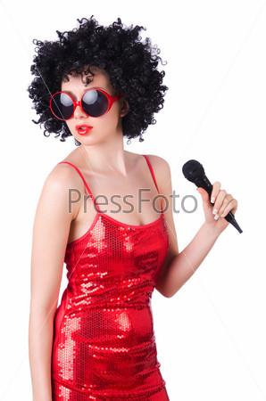 Поп-звезда с микрофоном в красном платье на белом фоне