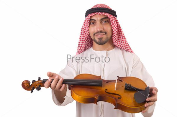Араб играет музыку на белом фоне