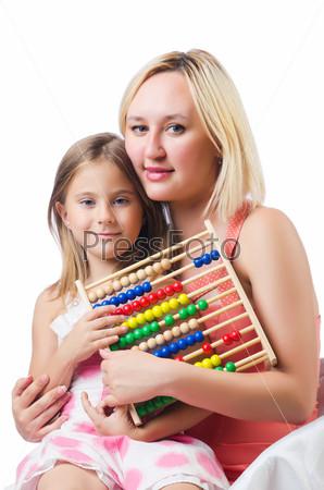 Мать и дочь со счетами на белом