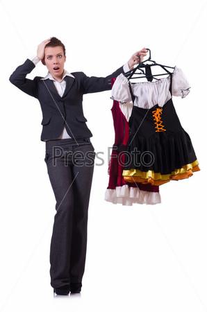 Женщина пытается выбрать платье на белом