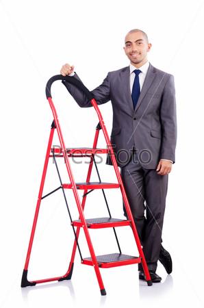 Бизнесмен с лестницей, изолированный на белом