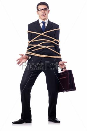 Бизнесмен, связанный веревкой, на белом фоне