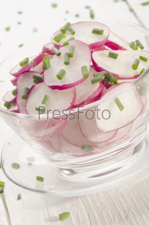 Салат из свежего редиса с зеленым луком