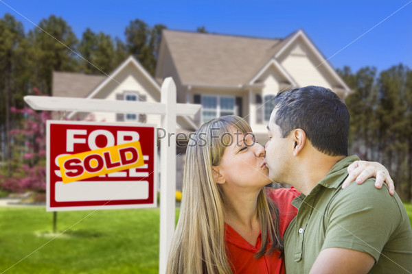 "Пара на фоне дома и таблички ""продано"""