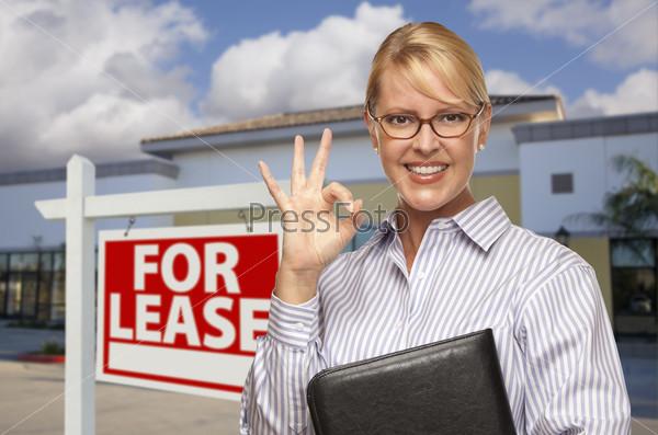 """Бизнес-леди и знак """"Аренда"""""""