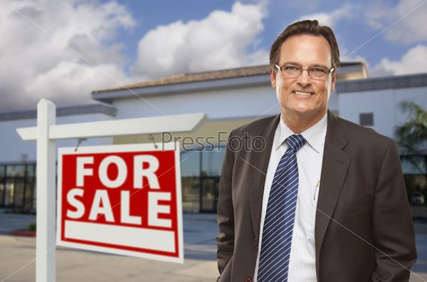 """Бизнесмен и знак """"Продается"""""""