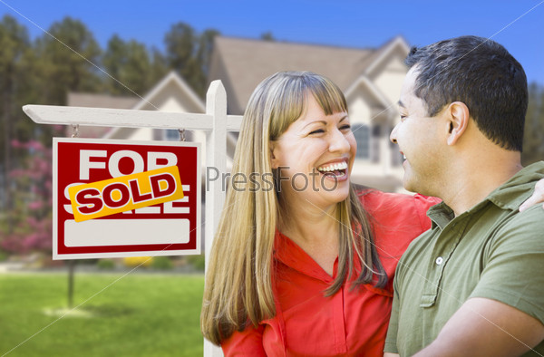 Пара смешанной расы перед домом