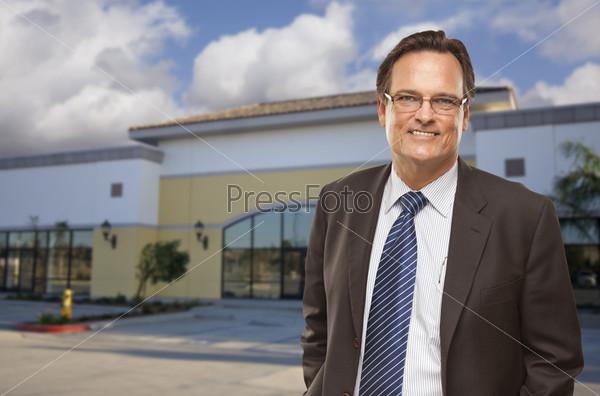 Бизнесмен перед офисным зданием