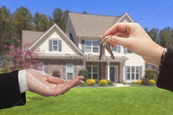 Агент передает ключи от нового дома