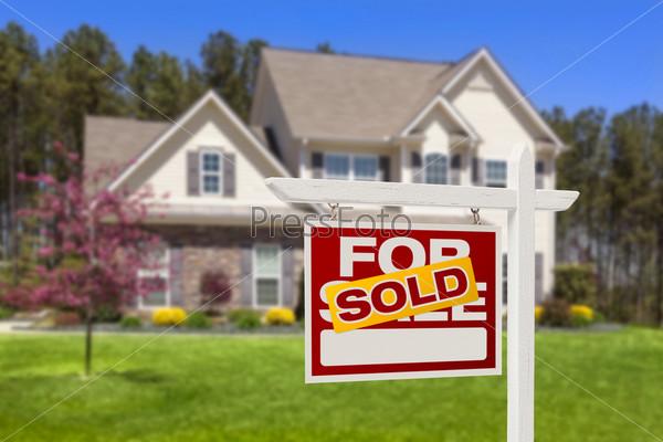 Фотография на тему Дом и знак о продаже недвижимости