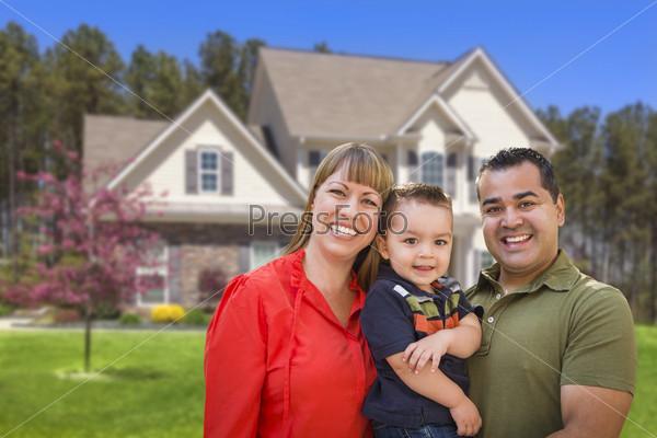 Молодая семья перед домом