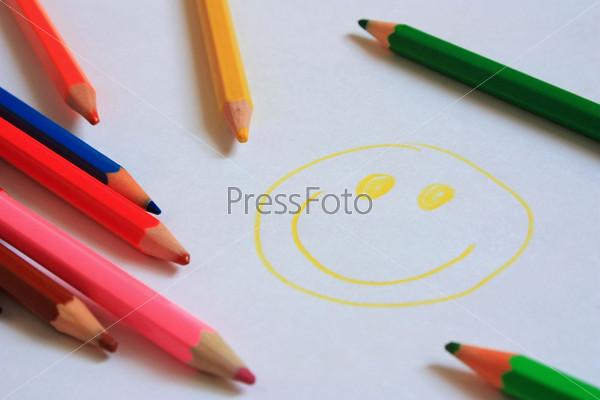 Смайлик и разноцветные карандаши