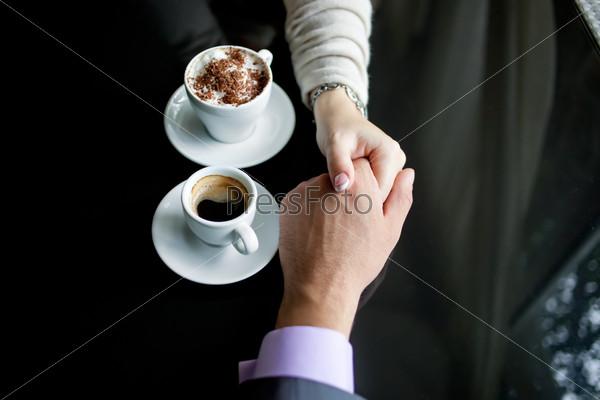 Фотография на тему Мужские и женские руки и кофе. Любовь