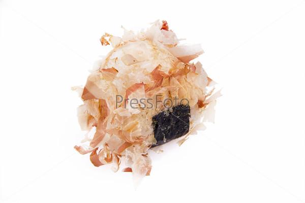 Рисовые шарики онигири, изолированные на белом фоне