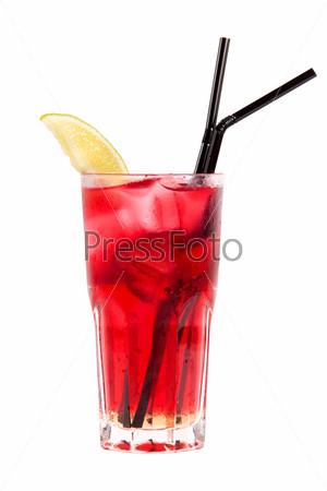 Красный коктейль с клубникой и лаймом