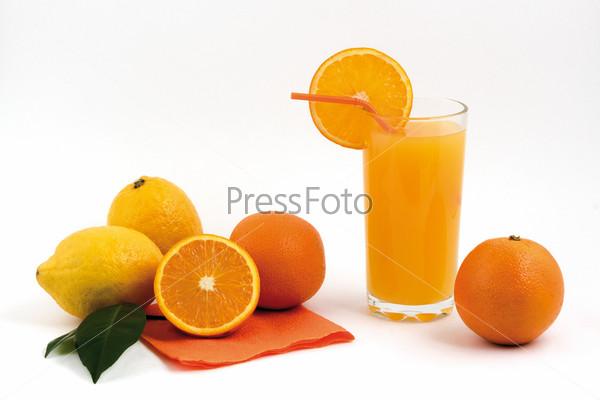 Апельсиновый сок с фруктами на белом фоне