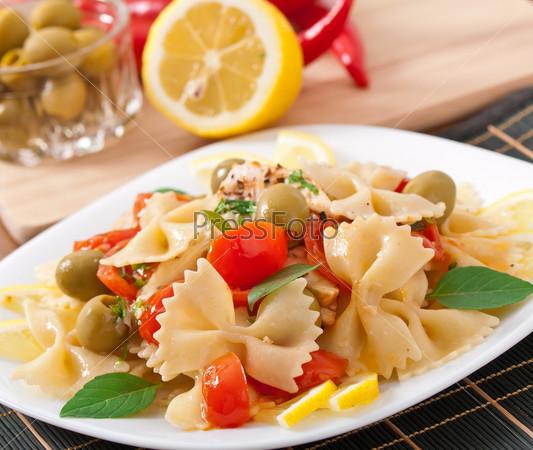 Салат с макаронами и курицей и помидорами