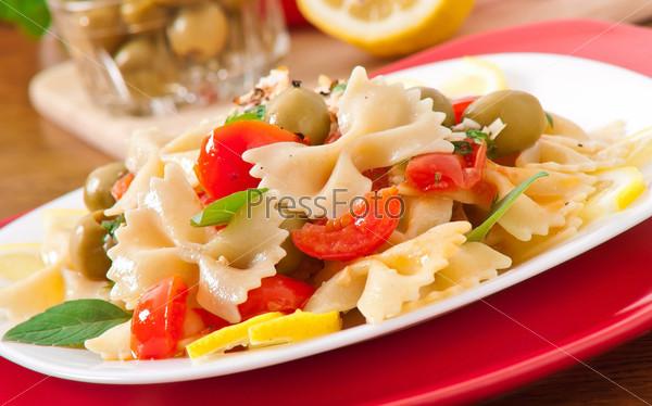 Испанский салат с макаронами в форме бантиков, помидораями и курицей