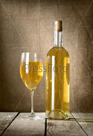 Десертное вино и бокалы на холсте