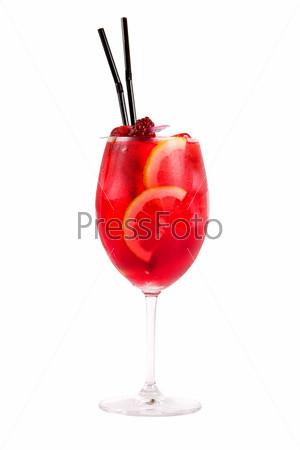 Красный коктейль со сливками, апельсином и ягодами