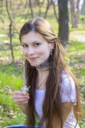 Фотография на тему Красивая улыбающаяся девушка в парке