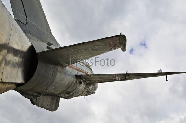 Старый памятник самолету МиГ-21 на улице города