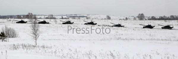 Колонна танков в движении на полигоне зимой