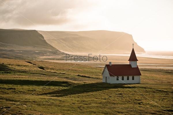 Типичная сельская церковь в Исландии на берегу моря