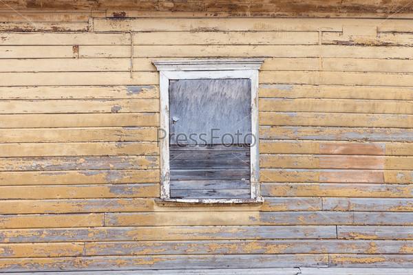 Забитое окно в заброшенном старом здании