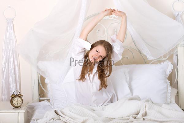 Фотография на тему Девушка потягивается на кровати