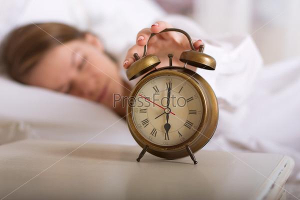 Фотография на тему Девушка спит и отключает будильник