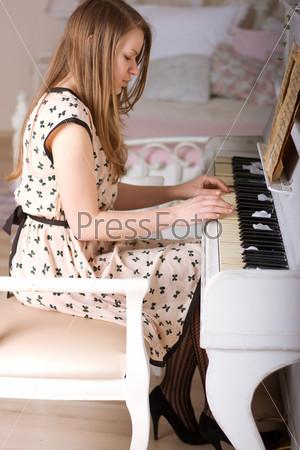 Девушка за фортепиано