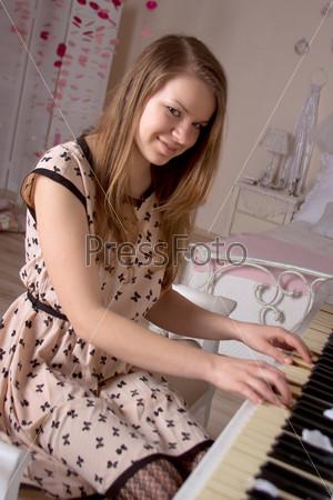 Фотография на тему Девушка за фортепиано