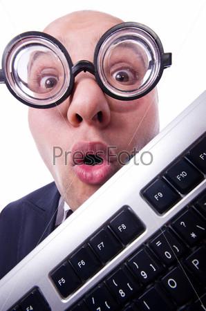 Ботаник-бизнесмен с клавиатурой компьютера на белом фоне