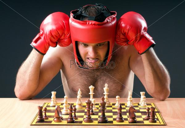 Боксер испытывает затруднения, играя в шахматы