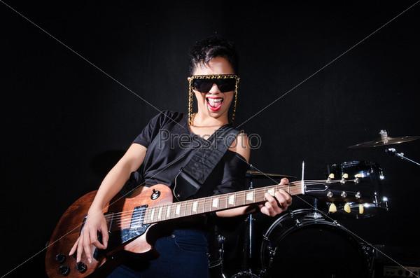 Женщина-гитарист во время концерта
