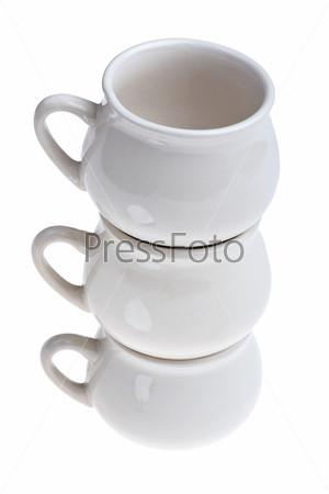 Керамические горшки на белом фоне