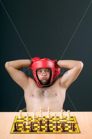 Фотография на тему Боксер раздумывает над шахматной партией