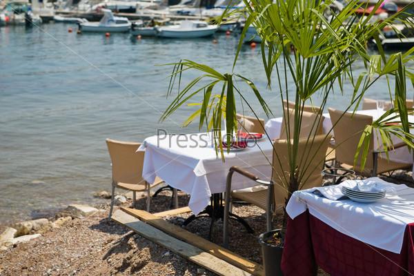Столы в ресторане на берегу Средиземного моря