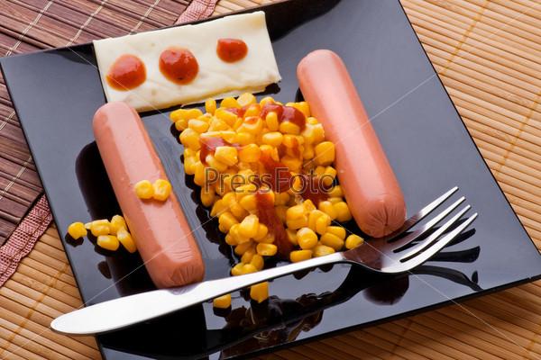 Сосиски с кукурузой крупным планом