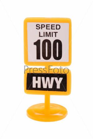 Игрушечный дорожный знак крупным планом