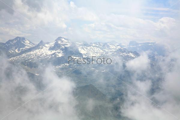 Облака и вершины французских Пиренейских гор вблизи Пик-дю-Миди-де-Бигорр